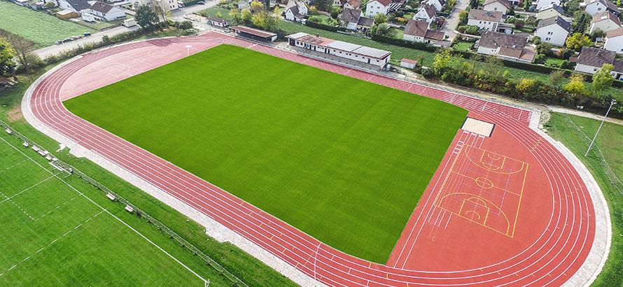 https://rasen-kunststoff-sport.com/wp-content/uploads/2019/11/naturrasenplatz-kunststofflaufbahn.jpg